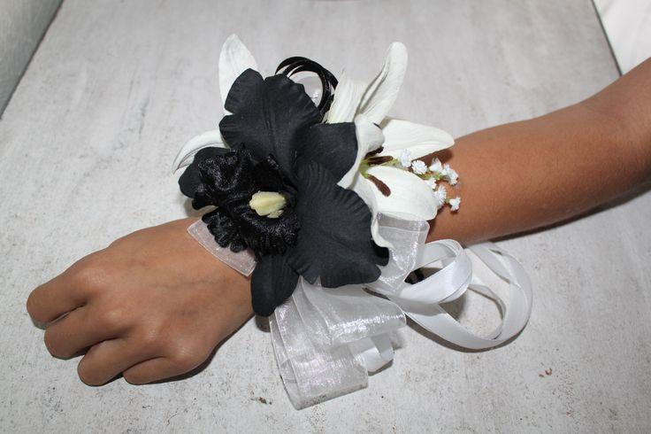 Polscorsage zwarte orchidee en witte lily's.