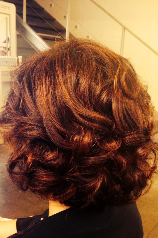Peinado realizado con tenacilla para dar un toque más especial, dejando el rizo más definido.