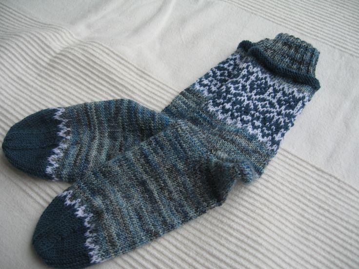 Meine derzeitigen Lieblingssocken, allerdings muss ich sie nochmal stricken, da sie durch das Einstrickmuster etwas klein ausgefallen sind. Aber Freundin freut sich, hat sehr schmale Füße!
