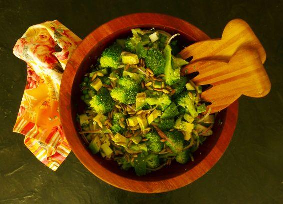 Ensalada de brócoli Ingredientes: 1 brócoli pequeño picado en pedazos pequeños 120 g de chícharos congelados ¼ de un pepino cortado a la mitad y en trozos de 2 cm 100 g de queso feta desmenuzado  y más
