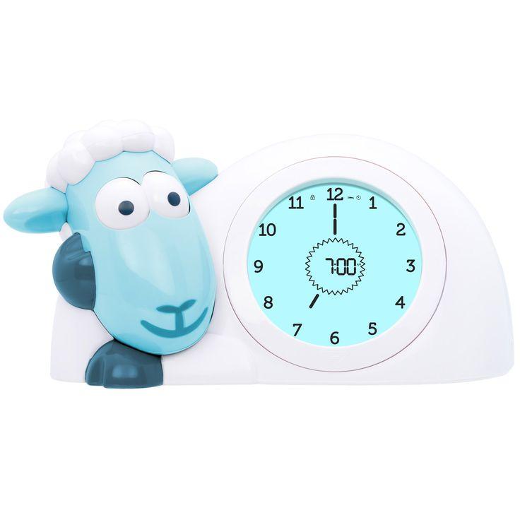 La réveil ludique Sam par Zazu en plus de servir de réveil et de proposer une lecture analogique et digitale de l'heure, permet d'indiquer à votre enfant le top départ pour se lever. Son écran bleu foncé la nuit, devient vert au petit matin et seulement lorsqu'il devient blanc et que Sam ouvre les yeux, votre enfant peut se lever et venir vous réveiller. Un réveil permettant à l'enfant de distinguer correctement la nuit et le jour d'une manière agréable, pédagogique et amusante.