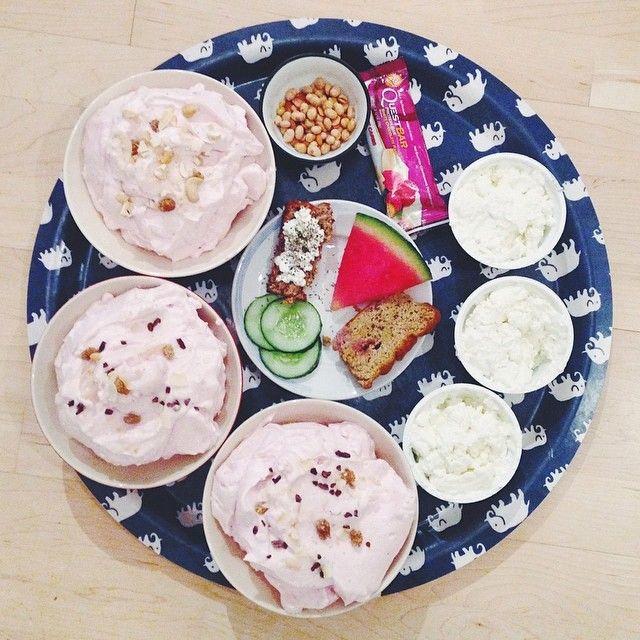 Vi gillar mat ok?  Frysta minikvarg bägare  Hembakt bröd [recept på min blogg]  Kardemumma kaka  Fryst vattenmelon  Gånger tre  En questie, delat på tre  Nötter  Och JORDGUBBSFLUFF  @tillsammans_ar_vi_starkare är ju verkligen kungarna av fluff  Och dom har en hemlighet på g...  #Padgram