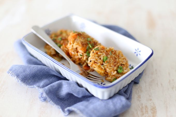 Op zoek naar een lekker recept voor een vegetarische burger? Wat dacht je van deze rijstburgers met wortel en doperwten? Lekker en simpel!