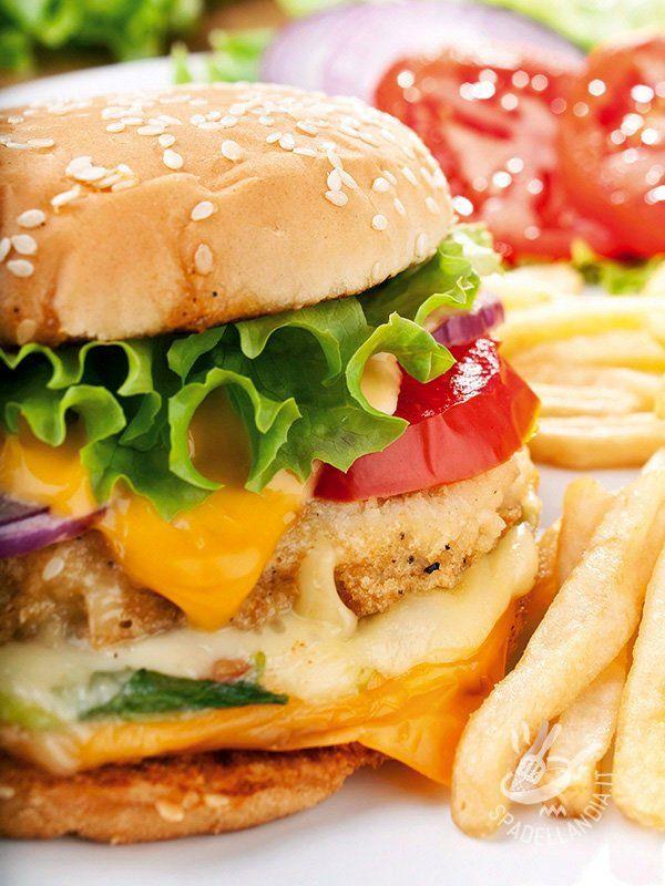 L'Hamburger di pollo e formaggio è pensato per gli amanti dei sandwich consistenti e ricchi, ripieni con carne di alta qualità e condimenti gustosissimi!