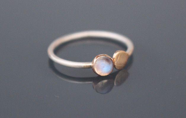 925 Sterlig Silber Ring verziert mit kleinem Mondstein und einem Blütenblatt. Die Fassung des Steines und das Blütenblatt sind aus massivem 585 Gold angefertigt. Der Stein ist 4 mm groß, poliert...