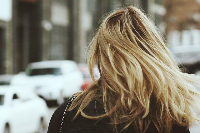 Przepis na najskuteczniejszy, naturalny środek do leczenia siwych włosów. Wykonanie jest bardzo proste i potrzebujesz tylko dwóch składników.