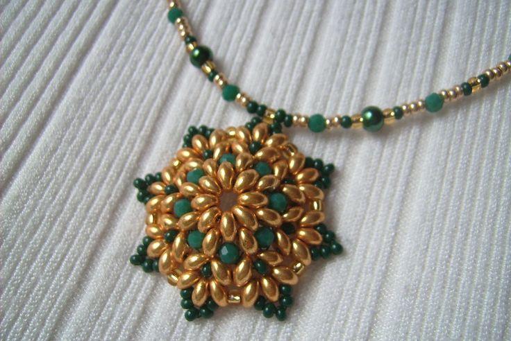 Arany és zöld színű medálos nyaklánc. Ára: 1200.-Ft.