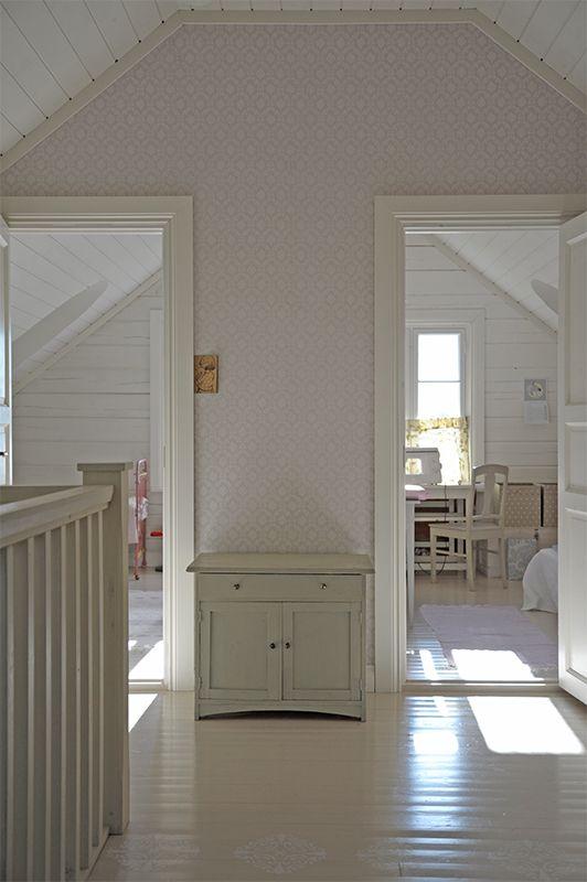 Ihanan vaalea Oratuomi-tapetti (70006) aulassa   Light and lovely Oratuomi wallpaper (70006) in hallway   Pömpeli Blog  