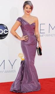 """Kelly Osbourn agli Emmy Awards, ha sfoggiato un abito satinato lungo di colore viola, capelli grigio viola e unghia nere """"diamantate""""."""