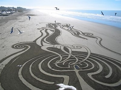 Drawing on the sand ( Peter Donnelly )