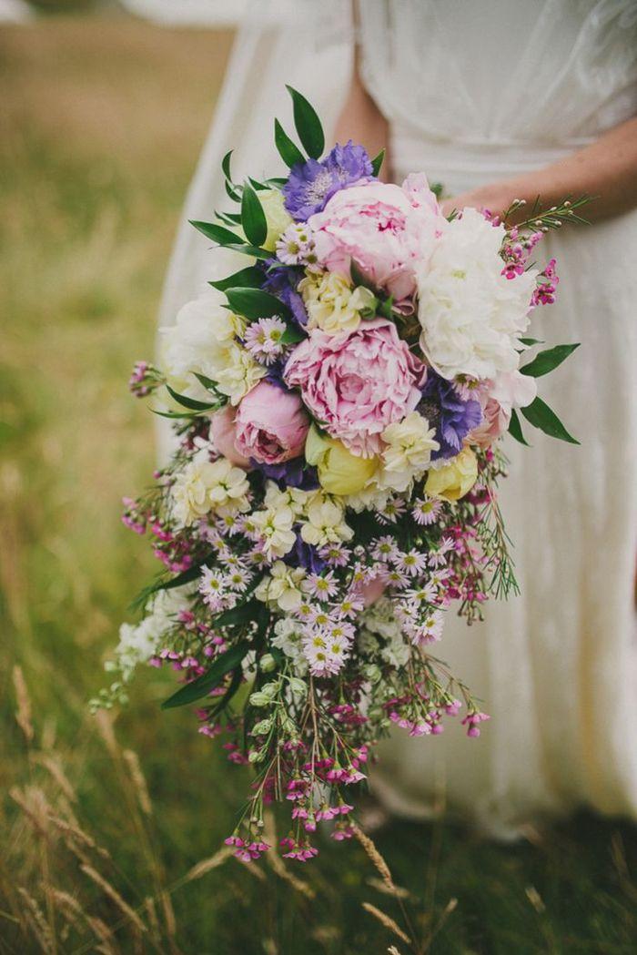 prächtiger Brautstrauß vintage mit eine Menge Feldblumen und länglicher Form