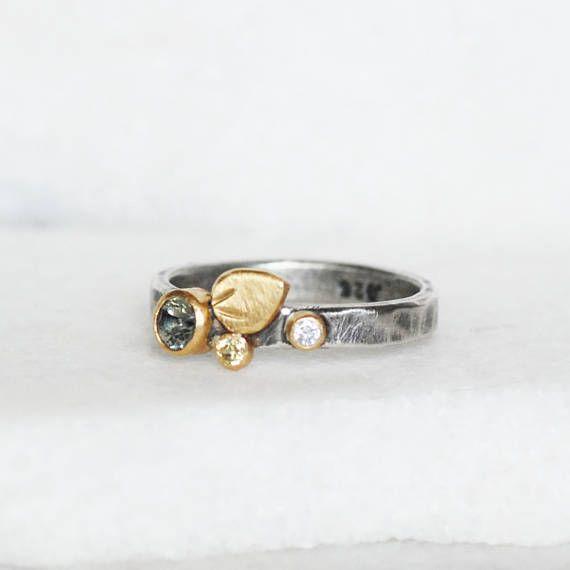 Zafiro y anillo de diamantes de la floración  verde zafiro
