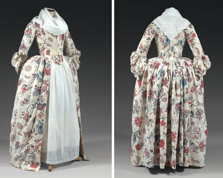 Belle robe à l'anglaise en indienne des Indes, vers 1780. Beautiful dress in Indian Cotton, painted and dyed with a beautiful pattern of large and exotic flowers. Broad square neckline, bodice lined with linen, fold adjusted in the back, front opening below the waist by hooks, double wheel pagoda sleeves lined with a thin needle lace. Photo Theirry De Maigret Auctions