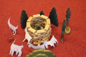 Märchen Der Wolf und die 7 Geißlein nachgebaut mit Bausteinen, Holzbäumen und ausgeschnittenen Ziegen