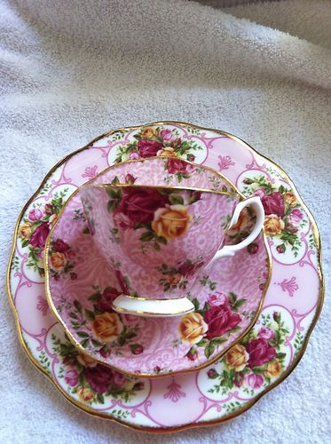 Royal Albert Old Country Roses Dusky Pink Lace Chintz