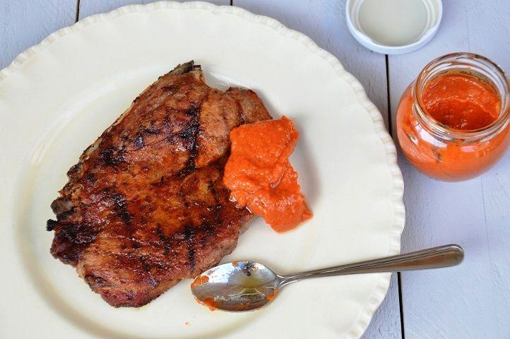 Ajvar, saus uit de Balkan. Ajvar past perfect bij vlees van de BBQ. Er zit vooral paprika in ajvar, dus het barst van de vitamines en is goed voor de lijn.