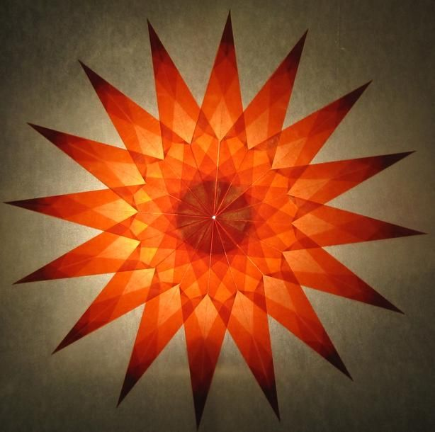 Roter Stern aus Transparentpapier