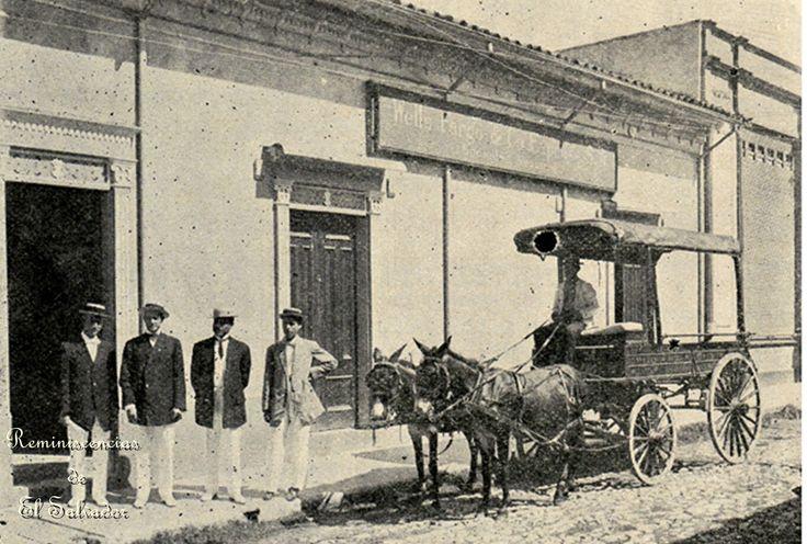 1913, Oficinas de Well Fargo en El Salvador. Wells Fargo ha servido a America Latina desde su fundación en 1852. Su trayectoria de más de 160 años incluye servicios tanto para y por los colonos de habla española de Occidente y las Américas.  Personas, lugares y negocios de Wells Fargo se extendían desde los viejos ranchos de California, las líneas ferroviarias de un México moderno emergente, y oficinas en toda América Central y el Caribe. La primera oficina de Wells Fargo fuera de los Estado