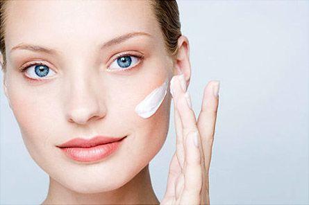 Увлажнение - очень важная составляющая по уходу за кожей лица.  Если Вы думаете, что Вам подойдет любой увлажняющий крем , это не так Для сухой кожи требуется один крем, а для жирной совсем другой. У них разный состав.  Наносите крем тонким слоем. Обязательно промокайте кожу через 12-15 минут. Не ложитесь на подушку, когда на лице находится «тонна» жирного крема. Так же не забывайте увлажнять кожу шеи.  #макияж #визажист #советы #кожа #кожалица #увлажнение #крем #увлажняющийкрем #длядевушки…