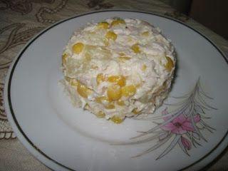 Ингредиенты:  куриная грудка сок половины лимона соль перец майонез 1 банка ананасов кусочками 1 банка кукурузы   Приготовление: Моем куриную грудку, ставим вариться. Без соли и специй. Пока грудка будет вариться, занимаемся банками. То есть сливаем жидкости из банок. Сварили грудку. Охладили. Отделяем мясо от костей. Режем. Разминаем в кашицу, ничего пока не добавляя. Размяли. Берем пол-лимона. Выжимаем через сито на курицу. Перчим (чёрный перец, немного), солим.