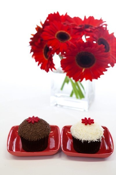 cupcakes and flowers... the best combination!