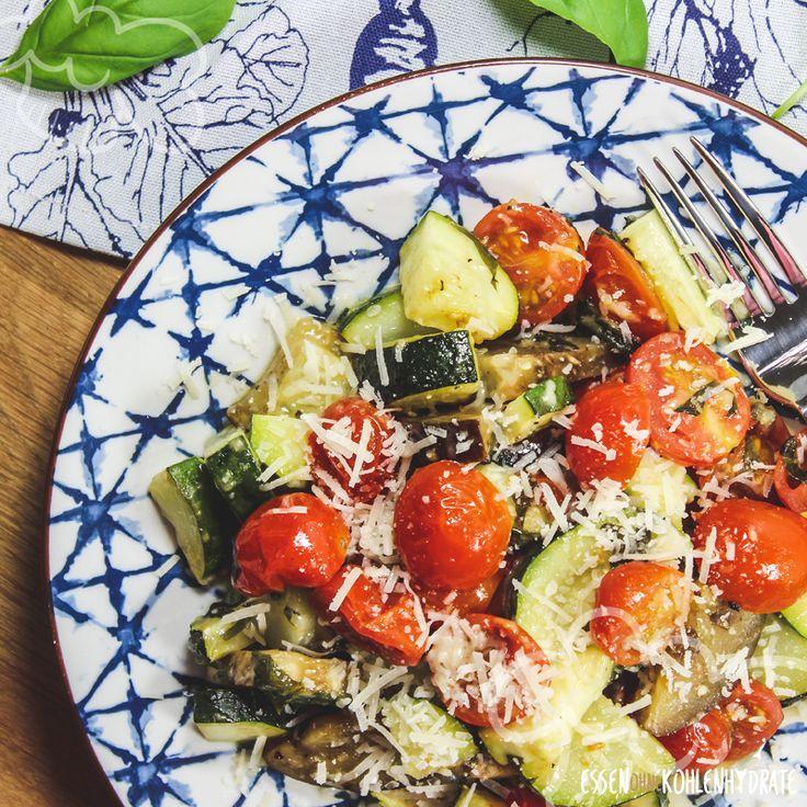 Lust auf ganz viel gesundes Gemüse? Dann ist dieses schnelle und sehr einfache Rezept perfekt. Gemüse schnippeln, etwas Öl und Parmesan dazu und ab in den Ofen. Ruck Zuck steht ein leckeres Ofengericht auf dem Tisch.