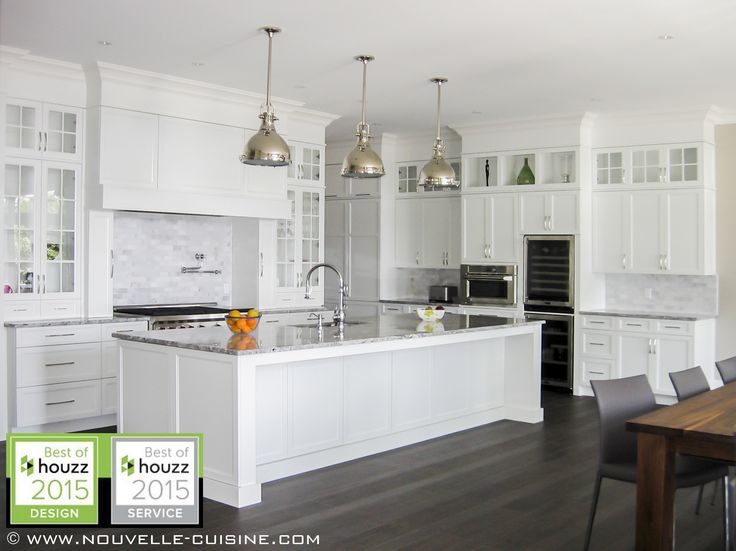 We find white lacquered cabinets and quartzite countertops for Armoire cuisine polyester