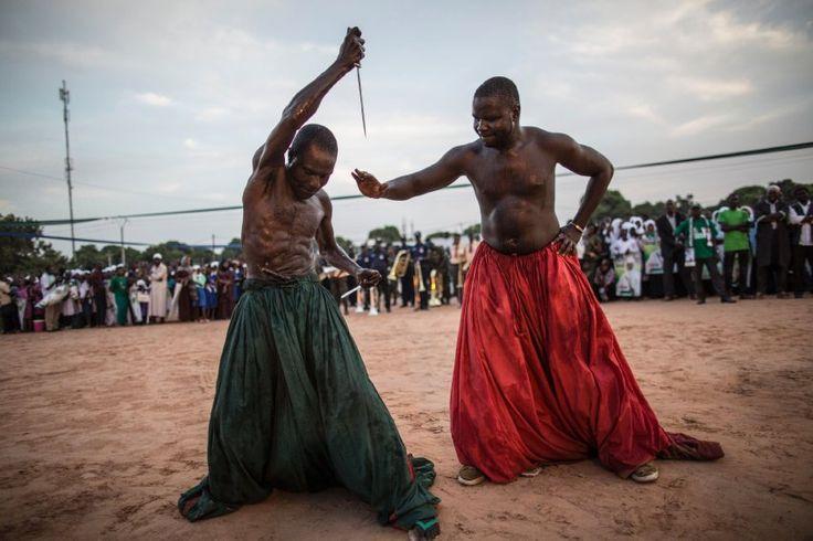 Gambischer Wahlkampf  (25.11.2016)      Ein magisches Wasser soll sie vor den...