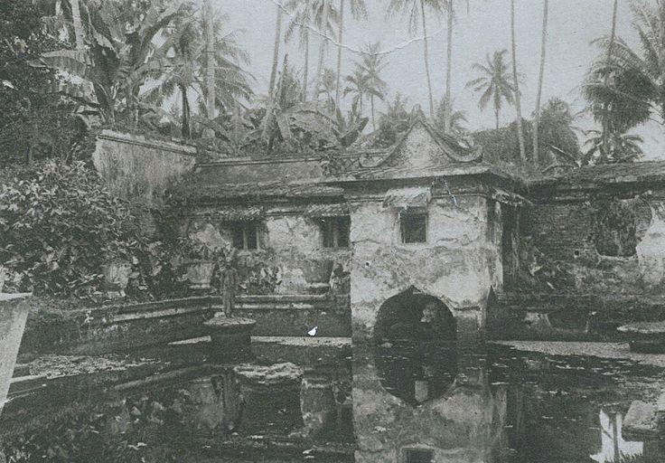 Zwembaden in het waterkasteel Taman Sari te Jogjakarta. 1930