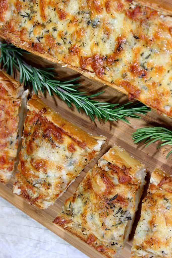 Gebratenes Knoblauchkäsebrot mit Rosemary   – Food