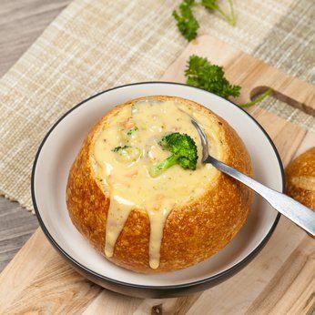 Die fein-cremige Brokkoli-Käse-Suppe wird hier mit ganzen Brokkoliröschen als Einlage serviert. Ein Rezept aus preiswerten Zutaten, auch für die vegetarische Küche geeignet.
