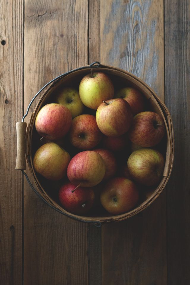 Apples and wood, autumn feelings <3 Äpfel und Holz, herbstlich