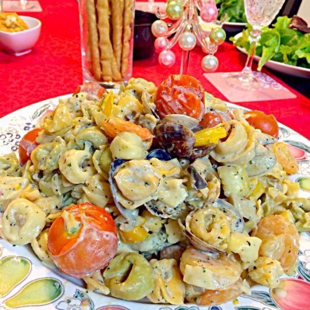 22日に早めのクリスマスパーティーをしました!かわったパスタが手に入ったので、海老、アサリ、イカ、パプリカ、エリンギ、玉ねぎ、プチトマトと一緒に和えてクリームで絡めました(^O^)♡ - 80件のもぐもぐ - 魚介のクリームパスタ by mana19940517