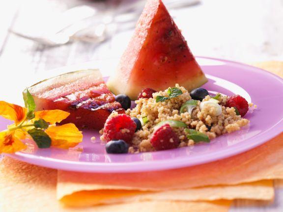 Fruchtiger Kuskus-Salat mit gegrillter Wassermelone ist ein Rezept mit frischen Zutaten aus der Kategorie Obstsalat. Probieren Sie dieses und weitere Rezepte von EAT SMARTER!