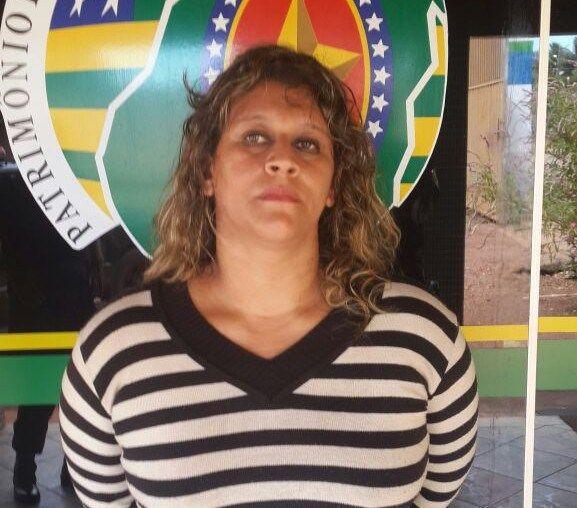 Mulher é presa com drogas em Ônibus na GO 164 em Araguapaz  A apreensão  aconteceu hoje por volta das 12 hr as margens da rodovia GO 164, próximo a cidade de Araguapaz, a Policia Rodoviária ao realizar uma abordagem a um ônibus de transporte interestadual da viação Moreira, percebeu atitude suspeita da passageira Leda Maria Rodrigues dos Santos 33 anos, a polícia realizou uma verificação em sua mochila, o qual foi encontrado em seu poder cerca de 1kg de maconha.