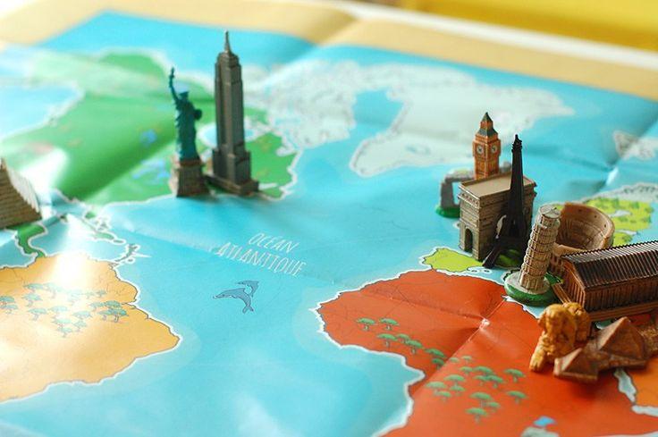 Toujours passionnée de géographie, Sann est très curieuse de découvrir le monde. Comment faire quand on ne peut pas voyager aux quatre coins de la planète ? Notre solution pour rendre la géographie concrète et vivante, c'est d'utiliser des ressources sensorielles dès que possible.Parmi le matériel que j'avais très envie d'utiliser, il y a ces figurines de monuments célèbres trouvées chez Tangram Montessori ici et là. Pour les exploiter, j'ai créé des cartes de nomenclature comme sur le blog…