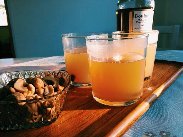 Recept på varm drink med äppeljuice och calvados