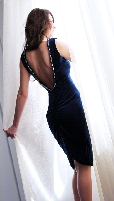 Rochie Gina Rochie de catifea cu spatele gol, decorat cu perle, incretita la spate. 369RON