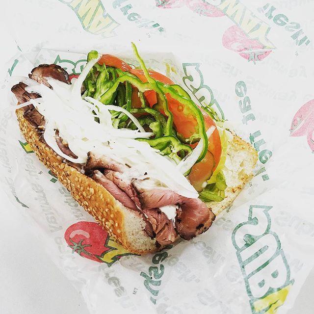 またもやサブウェイでぶっ飛んだメニューを。「肉ミルフィーユ」キャンペーン価格で1,200円。ローストビーフが15枚。肉と肉の間にはマスカルポーネチーズを重ねた贅沢なサンドイッチに。最後の最後までローストビーフを味わえて幸せでした✨ #野菜のsubway #野菜のサブウェイ #subway #サブウェイ #サンドイッチ #lunch #ランチ #デカ盛り #昼からがっつり #肉ミルフィーユ #ローストビーフ #肉 #マスカルポーネチーズ #贅沢