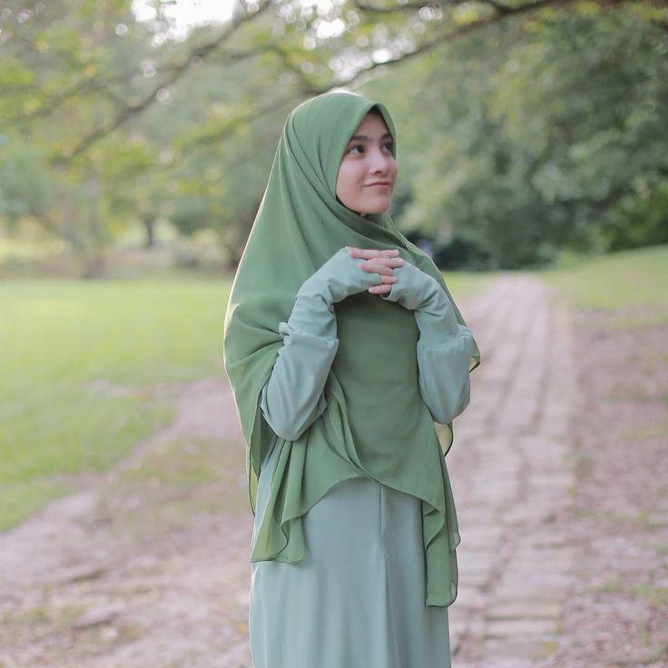 "1,225 Likes, 13 Comments - EMPAYAR TUDUNG LABUH (@hijabgaleria) on Instagram: ""Siapa cakap pelajar sekolah agama je pakai tangan ""kuf"" macam ni...? . . Tak lah awak.... kita…"""