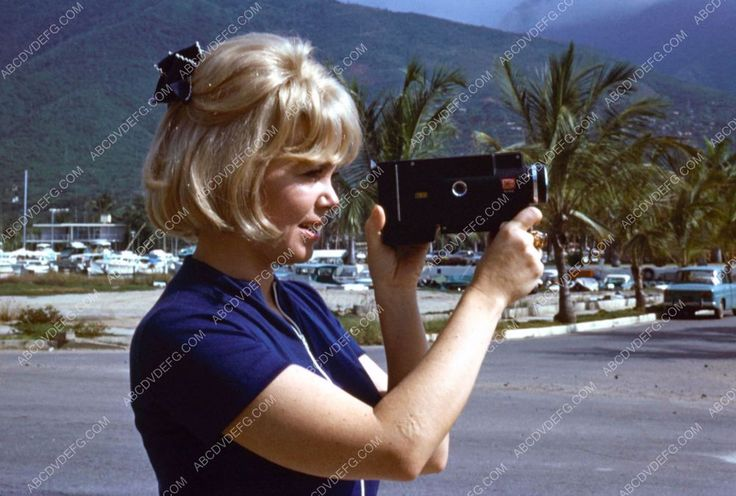 photo candid Doris Day using her home movie 8mm camera dp ...