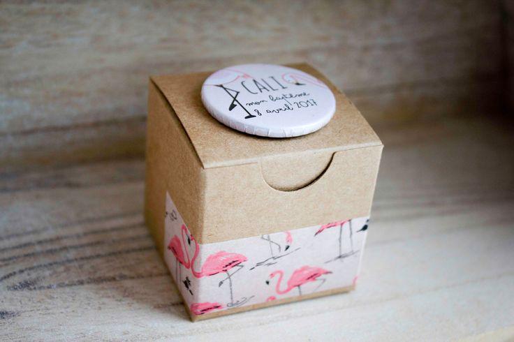 Boite à dragées baptême fille avec badge  personnalisé (flamant rose/flamingo)