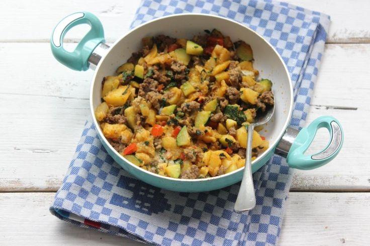 Heb je een keer geen zin om uitgebreid te koken of om veel vies te maken? Maak dan dit gehaktpannetje met courgette, paprika en aardappel.