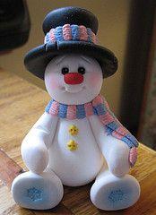 Muñeco de nieve sentado y con sombrero