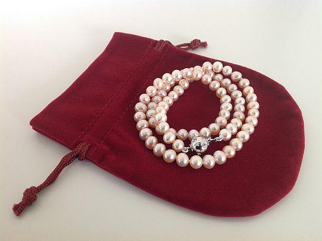 Bellas bedrifter: En perlekæde af lakse-farvede runde perler...