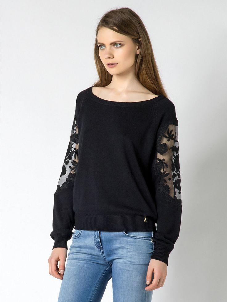 Maglia Patrizia Pepe nera in lana, girocollo manica lunga in Lana e  Cashmere, con inserto in organza sulle maniche, con decorazioni floreali.