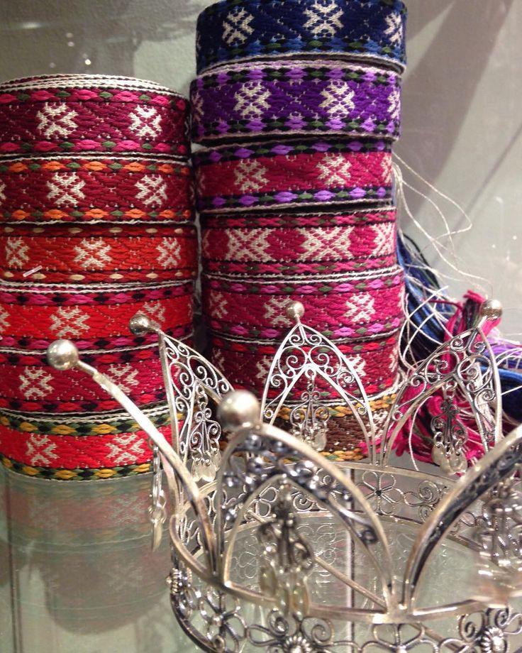 Vi har eit stort utval i forkleband til beltestakk, Aust-Telemark bunad og Vest-Telemark bunad - Brudekrona i sylv frå @sylvsmidja #heimen #heimenhusfliden #husfliden #forkleband #norge #oslo #norway #visitoslo #krone #sylv #sølv #silvercrown #bunad #beltestakk