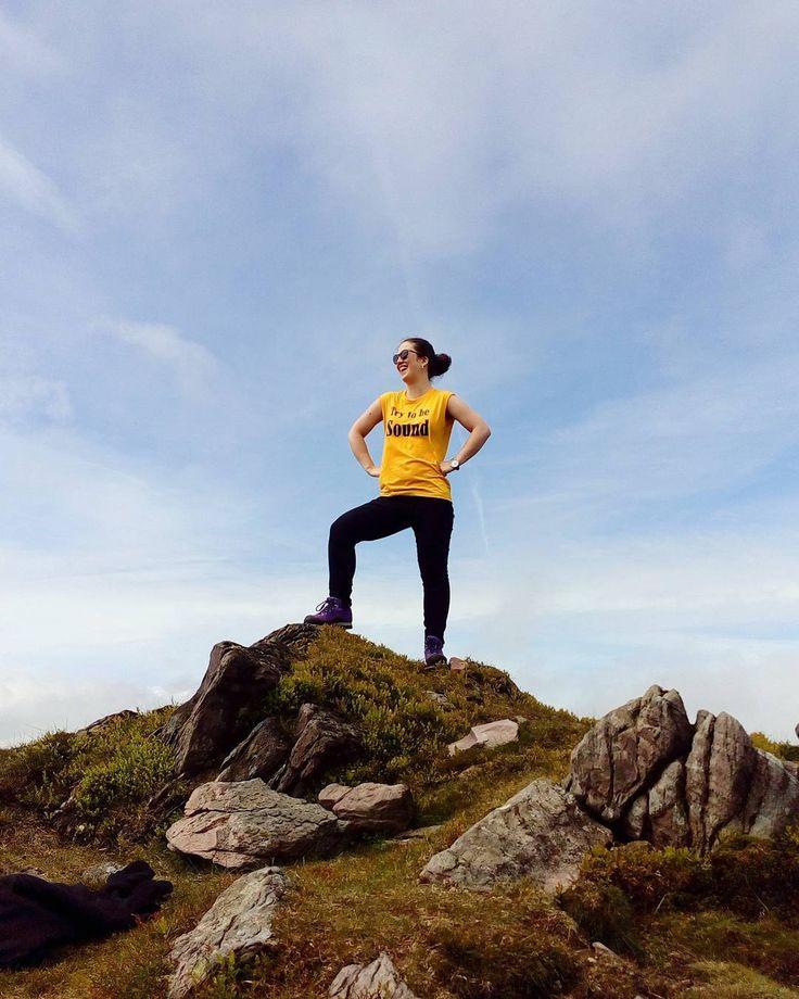 Climbing two mountains today has me feeling on top of the world!!  . . . . . . . . #topoftheworld #perfectday #sundayfunday #ilovenature #sundayvibes #hikingadventures #queer #topoftherock #lookatme #mountains #hiking #knockmealdown #queersofinstagram #kingoftheworld #irishsummer #irishfitfam #trytobesound #yellowtshirt #explorer #mountains #exploreireland #ireland