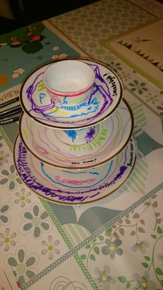 Etagere van oud servies. Dochter heeft het beschilderd met porseleinstiften. Afscheid leidsters kinderdagverblijf.