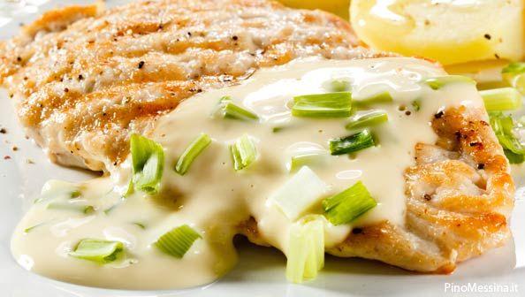 Il petto di pollo è un alimento proteico a basso contenuto di grassi, privo di carboidrati e con una buona percentuale di vitamine. E' altamente digeribile e quindi indicato anche nella alimentazione dei piccoli e nelle diete tese al dimagrimento, grazie anche al suo basso contenuto calorico.   Petto di pollo al vino bianco E' una ricetta di facile preparazione e indicata soprattutto per il per